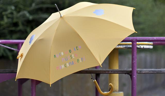 The-Yellow-Umbrella-auf-dem-Karussell