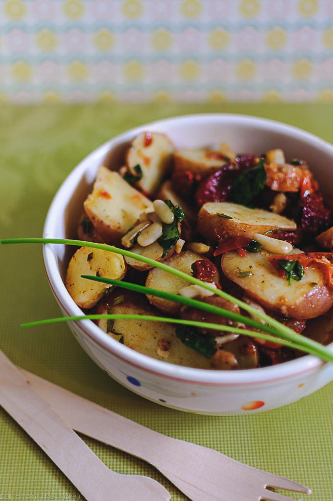 Veganer Kartoffelsalat mit Pinienkernen und getrockeneten Tomaten