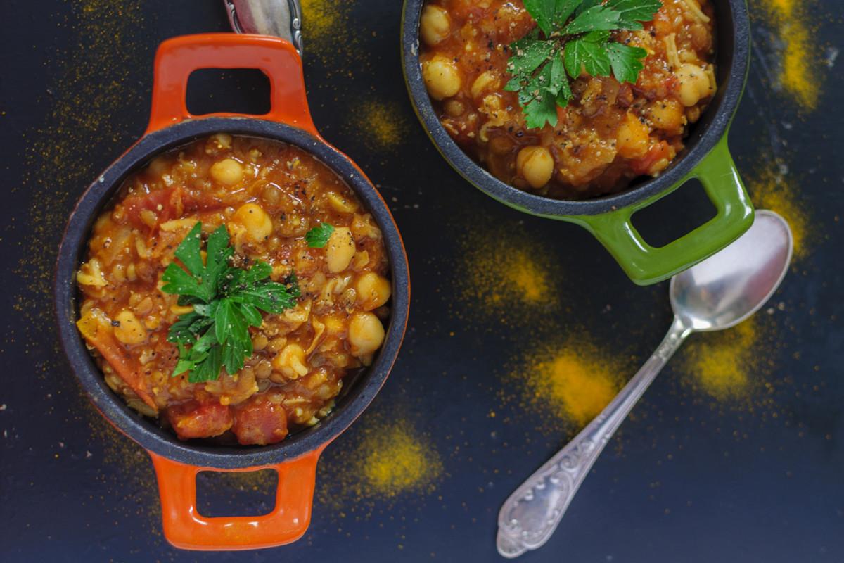 Veganes Chili mit schwarzen Bohnen angerichtet
