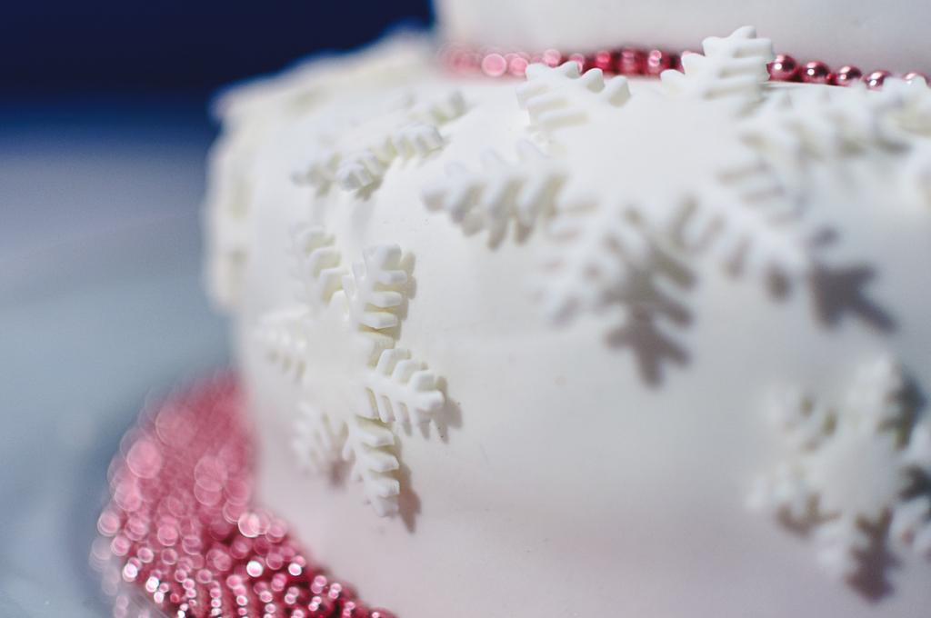 Vegane Haselnuss-Schoko-Amaretto-Torte mit weißem Fondant-Überzug und Schneekristallen aus weißem Fondant